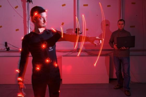 Saarbrücker Informatiker um Myroslav Bachynskyi (rechts) haben ein Verfahren entwickelt, das detailliert simuliert, welche Muskeln und Gelenke von IT-Geräten besonders beansprucht werden.