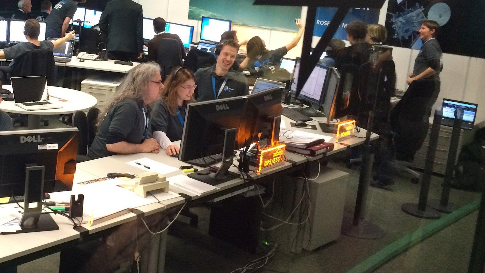 Jubel beim Team im Lander Control Center (LCC) des DLR, das den Lander steuert und betreibt, als die Bestätigung der Landung von Philaeauf dem Kometen 67P eintrifft.