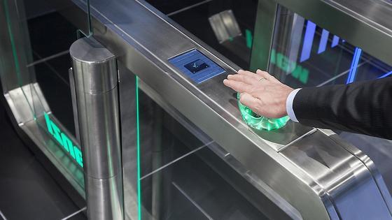 Galaxy Gate: Die Sicherheitsschleuse erkennt die Anordnung der Handvenen des Besuchers. Das dürfte fälschungssicher sein.