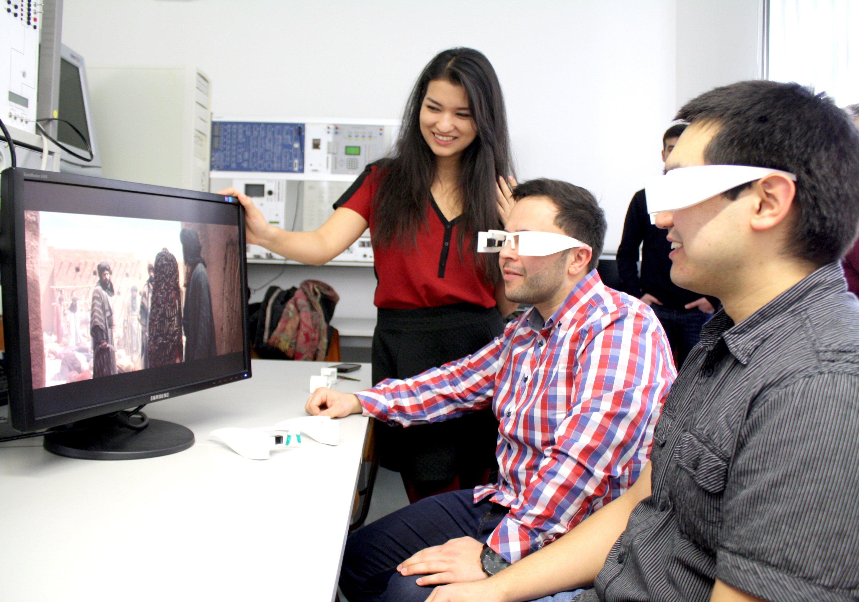 Internationale Studierende der Westsächsischen Hochschule Zwickau testen die sprachbegabte Datenbrille.