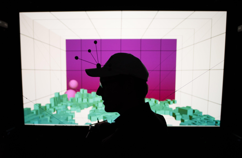 Der wissenschaftliche Mitarbeiter Maximilian Klein steht am 10. März 2015 im Virtual Reality Labor des Welfenlab der Leibniz Universität in Hannover. Im Welfenlab werden neue Wege erforscht, verschiedene Gesundheitsdatenquellen in 3D-Grafiken anzuzeigen und zu bearbeiten. Das Welfenlab stellt dieses Jahr seine Forschungen auf der weltgrößten Computermesse CeBIT aus.