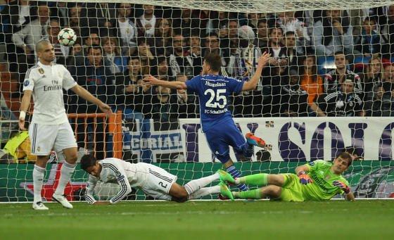 Klaas-Jan Huntelar jubelt über Schalkes Führung gegen Real Madrid: Rund 1,5 Millionen Spielszenen und Einstellungen werden in einem Fußballspiel durch Videosequenzen gespeichert. Eine neue Software des Hasso-Platter-Instituts hilft dabei, diesen riesigen Datenmengen zu nutzen.