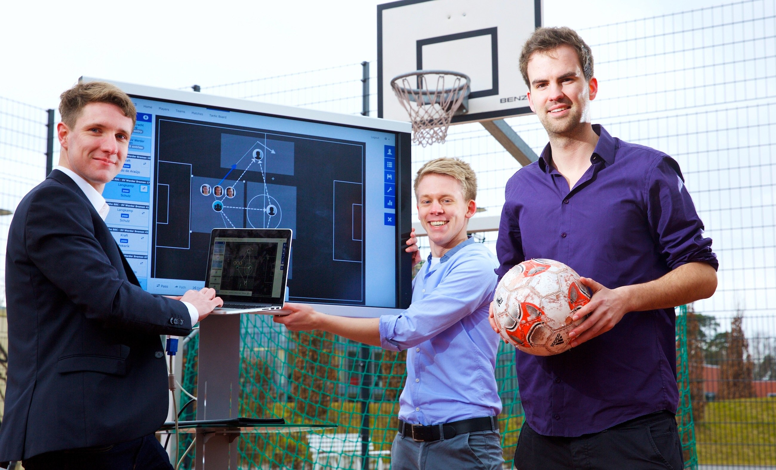 Eine neue Software des Hasso-Plattner-Instituts erkennt sofort Spielmuster im Fußball. Vorgestellt wird sie von HPI-Nachwuchsforscher Keven Richly (links) und seinem Team auf der CeBIT. Die Software funktioniert auch für andere Mannschaftssportarten und arbeitet mit Hochgeschwindigkeits-Datenbanktechnologie