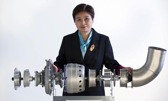 Professorin Xinhua Wu und ihrem Team ist es erstmals gelungen, ein Flugzeugtriebwerk mit dem 3D-Drucker herzustellen. Die 14 Hauptkomponenten bestehen unter anderem aus Titan, Aluminium und Nickel-Legierungen.