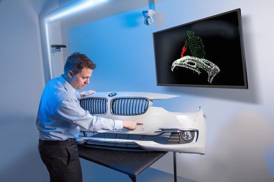 Testaufbau im Fraunhofer IOSB in Karlsruhe: Der Prüfer berührt einen Lackfehler, das System überträgt die Geste mit einem Kinect-Sensor auf ein digitales Abbild. Per Hand muss der Prüfer die Fehler nicht mehr dokumentieren.