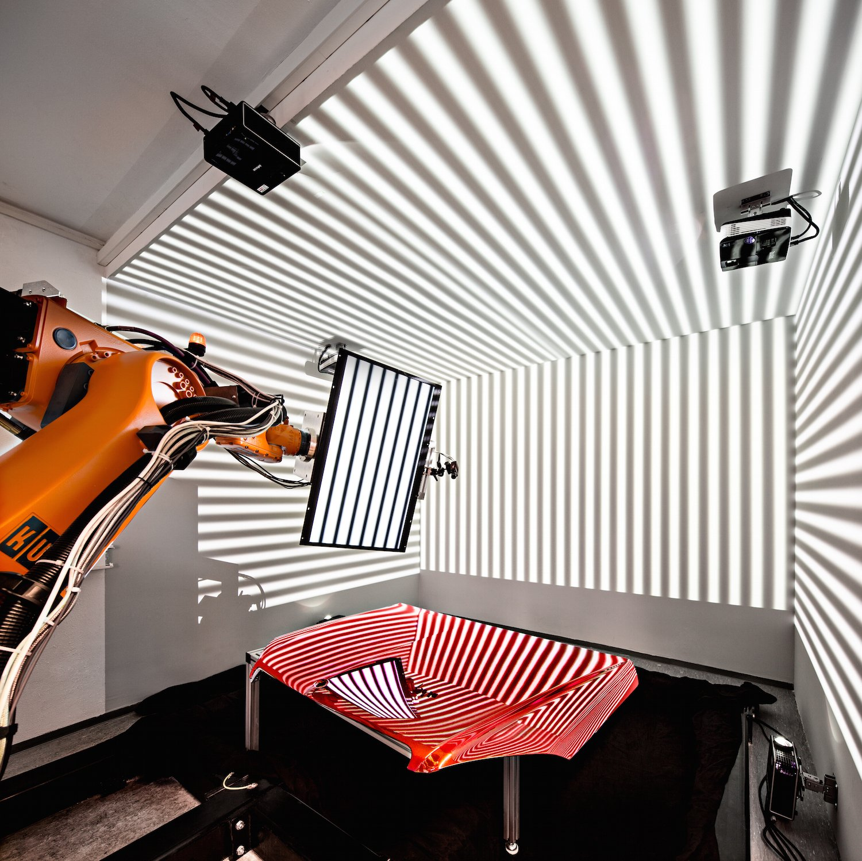 Die sogenannte deflektometrische Messmethode erlaubt auch die Inspektion großer Bauteile mit spiegelnden Oberflächen.