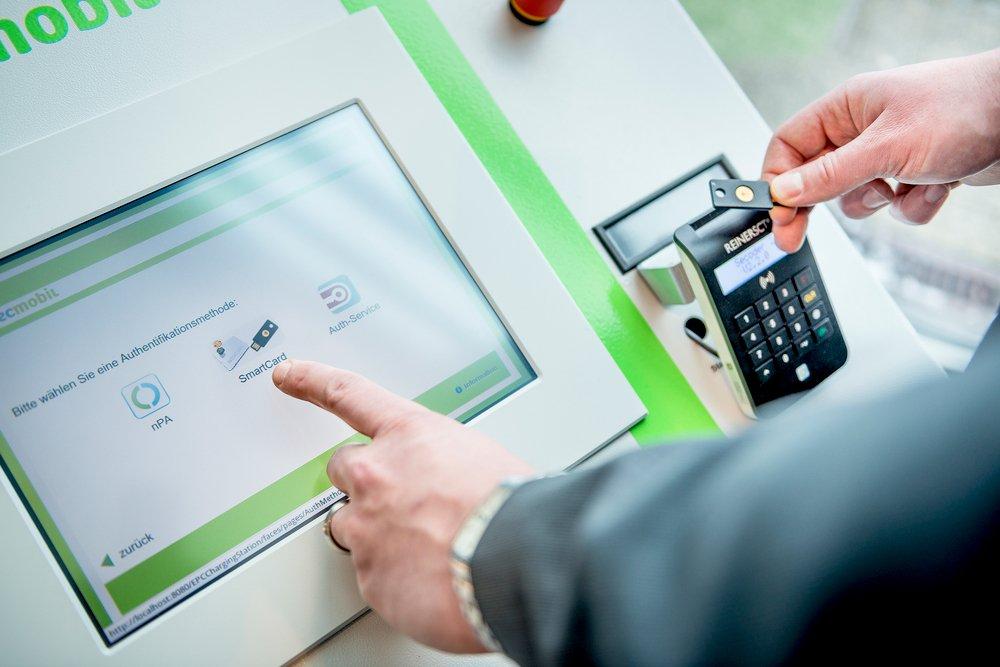 Wenn ein Nutzer sich an der RUB-Ladesäule identifiziert, werden seine persönlichen Daten zusammen mit weiteren Abrechnungsinformationen in ein verschlüsseltes Paket verpackt.