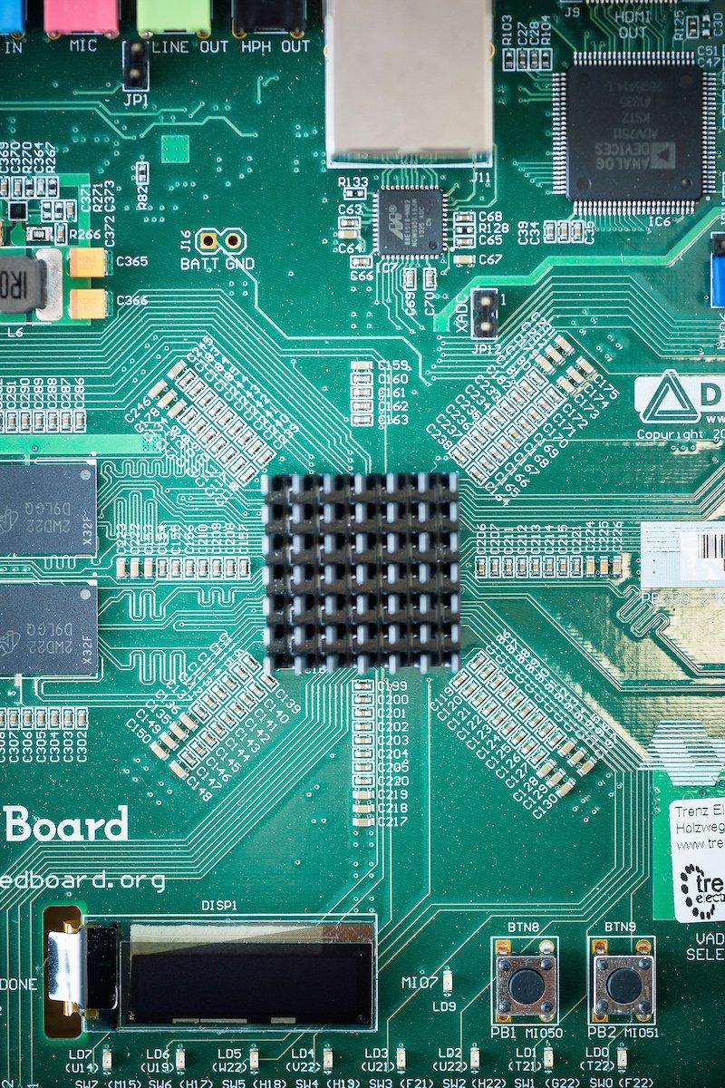 Ein Sensor für Ladesäulen mit drei Funktionen: Ladeströme messen, Manipulationen detektieren, Daten verschlüsseln.