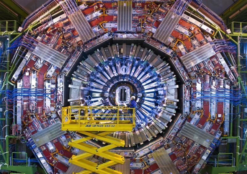 Mit unzähligen Nachweisgeräten ist der Detektor CMS (Compact Muon Solenoid) gespickt. Sie registrieren und vermessen die Bruchstücke, die bei der Kollision der Protonen im Zentrum des 15 Meter hohen und 25 langen zylindrischen Ungetüms entstehen