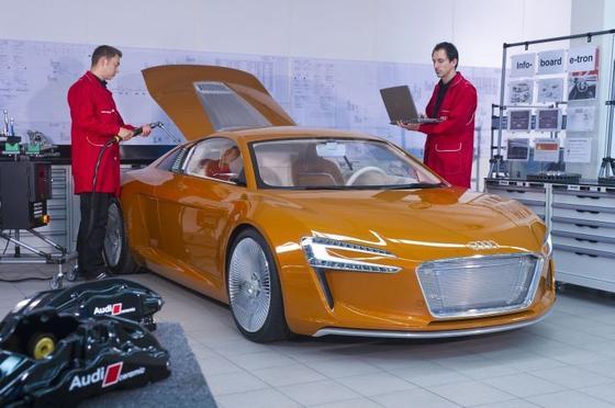 Ingenieure in der e-tron-Manufaktur in Neckarsulm: Die Einkommen berufserfahrener Ingenieure sind 2014 um 3,0 Prozent gestiegen, so das Ergebnis der aktuellen Einkommensstudie 2014 der VDI nachrichten.