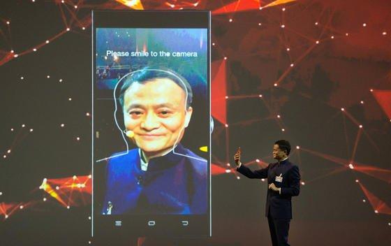 Jack Ma, Gründer des Onlinehändlers Alibaba, präsentierte zu Beginn der CeBIT eine Gesichtserkennung für das Smartphone, die das Passwort beim Onlinekauf ersetzt.