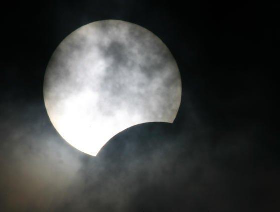 Sonnenfinsternis: Am 20. März 2015 ist es wieder soweit – ab 9.30 Uhr wird sich der Mond vor die Sonne schieben, bis er diese zu 82 Prozent abdeckt. Das Naturschauspiel stellt Stromnetzbetreiber in Zeiten der Photovoltaik bei Sonnenschein vor eine Herausforderung.<strong></strong>