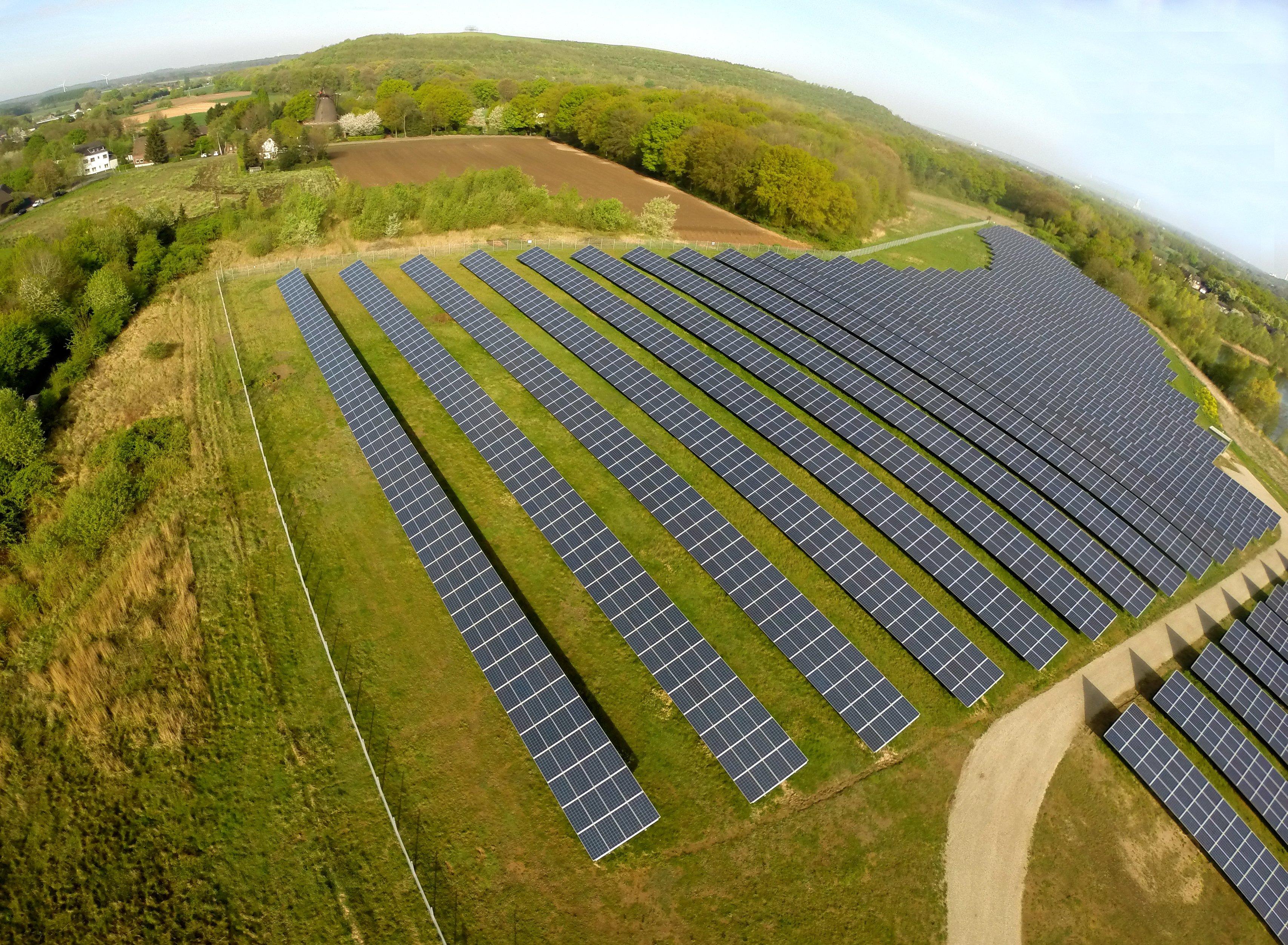 Solarmodule des Solarparks Mühlenfeld in Neukirchen-Vluyn (Nordrhein-Westfalen): Die insgesamt 15.000 Module produzieren mehr als drei Millionen kWh Ökostrom pro Jahr.