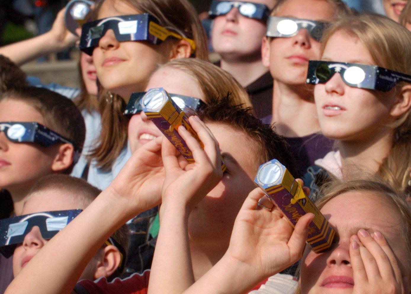 Spezialbrillen und Teleskope zum Betrachten der Sonnenfinsternis: Wissenschaftler warnen dringend davor, direkt in die Sonne zu sehen.