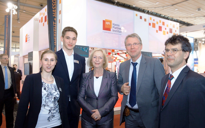 Forschungsministerin Johanna Wanka auf der CeBIT: Die Ministerin ließ sich vonDoktorandin Cindy Fähnrich (l.) die neue Technik zur Bekämpfung von Seuchen erklären.