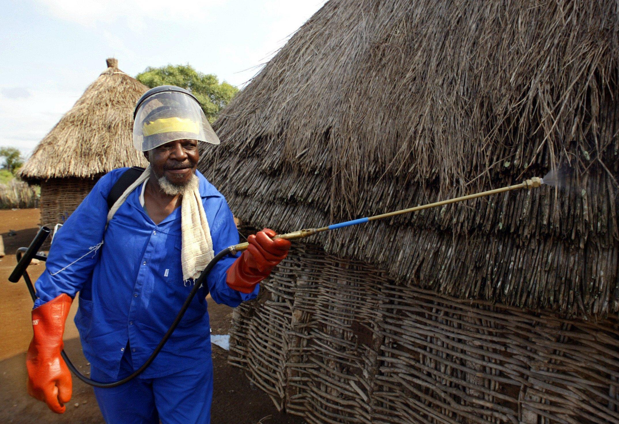 Ein Gesundheitsarbeiter besprüht im April 2003 eine Wohnhütte in einem Malariagebiet in Südafrika mit dem Insektizid DDT.