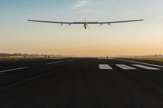Start der Solar Impulse 2 am Mittwoch in der Früh im indischen Ahmedabad: Etwa 15 Stunden braucht das Elektroflugzeug für die 1100 Kilometer bis zum nächsten Ziel, der heiligen StadtVaranasi.