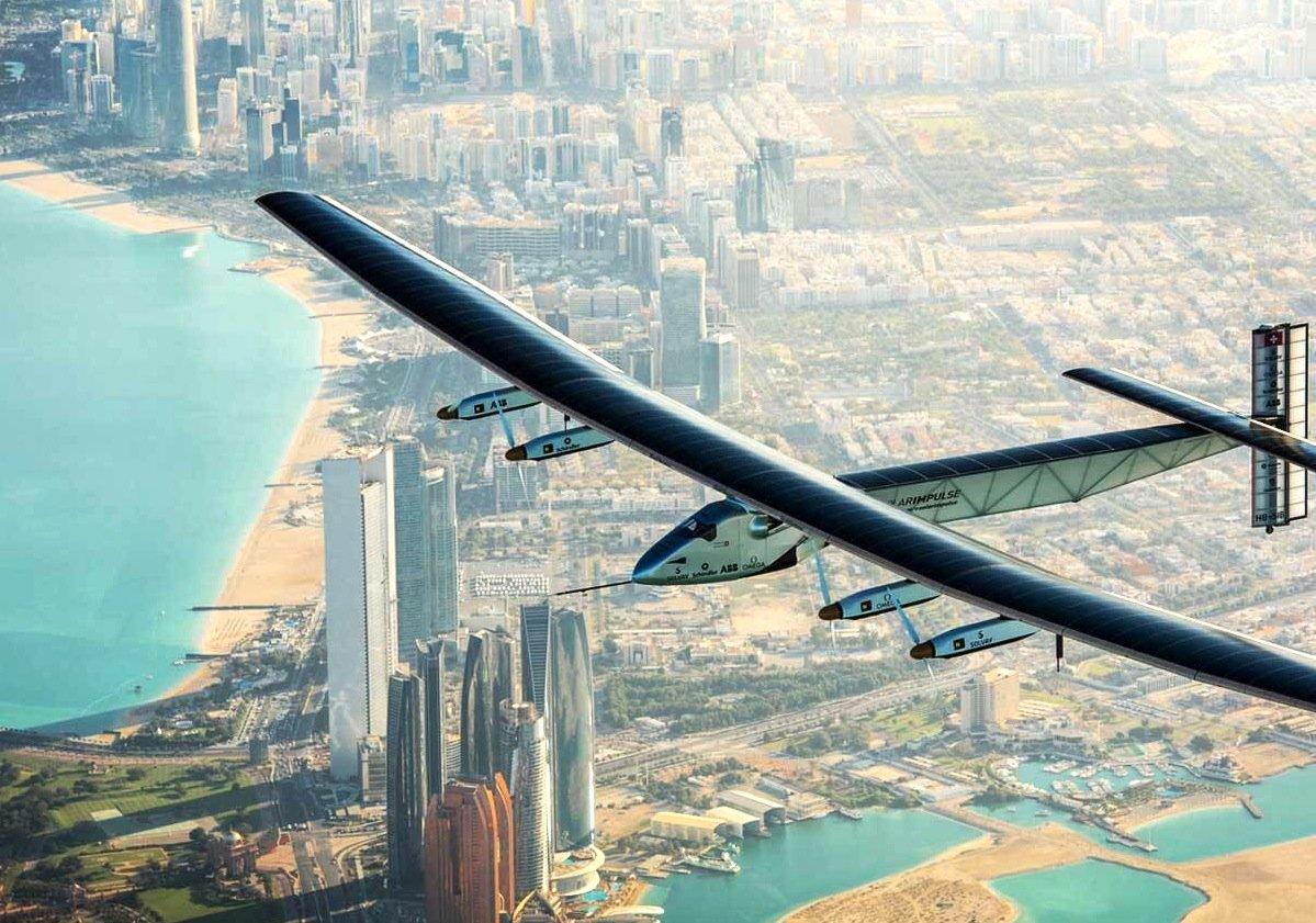 Fantastische Blicke: die Solar Impulse 2 beim Überflug von Abu Dhabi.