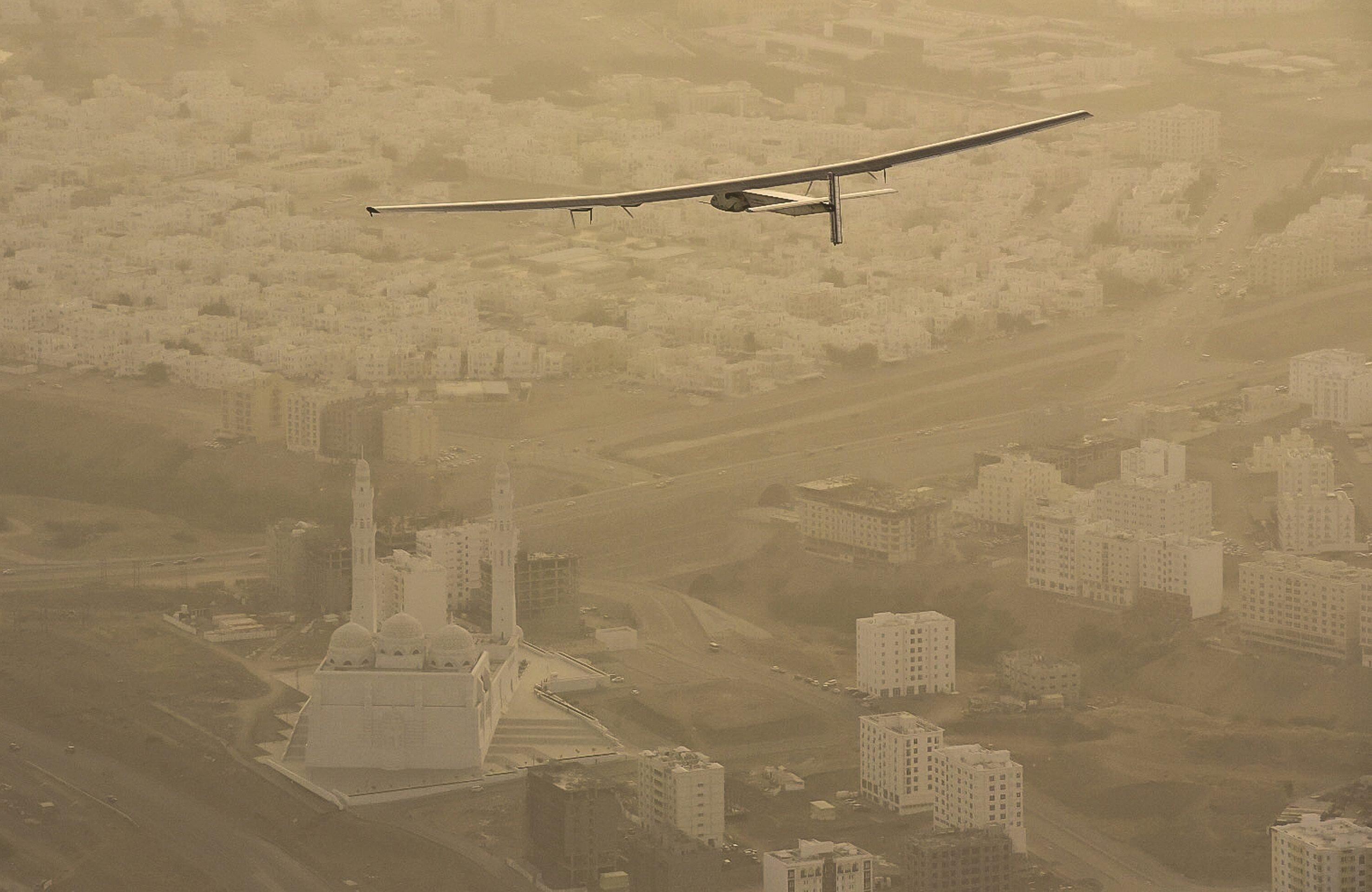 Die Solar Impulse 2 über Oman: Aktuell fliegt das Solarflugzeug über Indien und dann weiter nach China.