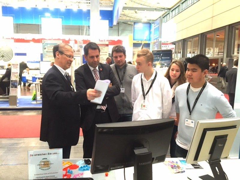 Niedersachsens Wirtschaftsminister Olaf Lies besuchte am ersten CeBIT-Tag des JeT-Stand des VDI und die JeT-Schülerredaktion, die diesen Beitrag verfasst hat.