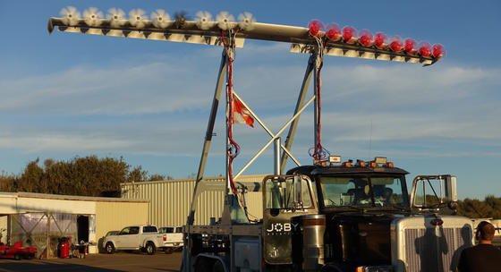 Der Spezialflügel ist drei Meter über der Fahrerkabine montiert und verteilt den Schub gleichmäßig mit 18 Motoren. Er brachte den tonnenschweren Lkw auf eine Geschwindigkeit von 110 km/h.