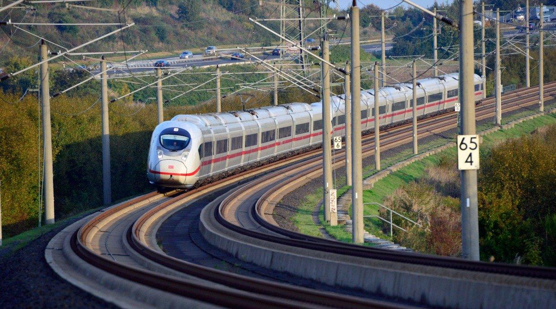 Ein ICE aus der jüngsten Baureihe 407 der Deutschen Bahn:Fünf Millionen Deutsche sollen bis zum Jahr 2030 ganz neu an den Fernverkehr mit IC und ICE angeschlossen sein.