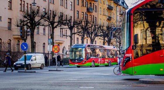Auf der Linie 73 fahren nun acht Hybrid-Elektrobusse 7900 von Volvo. Im Vergleich zu herkömmlichen Bussen verbrauchen sie 60 Prozent weniger Energie.