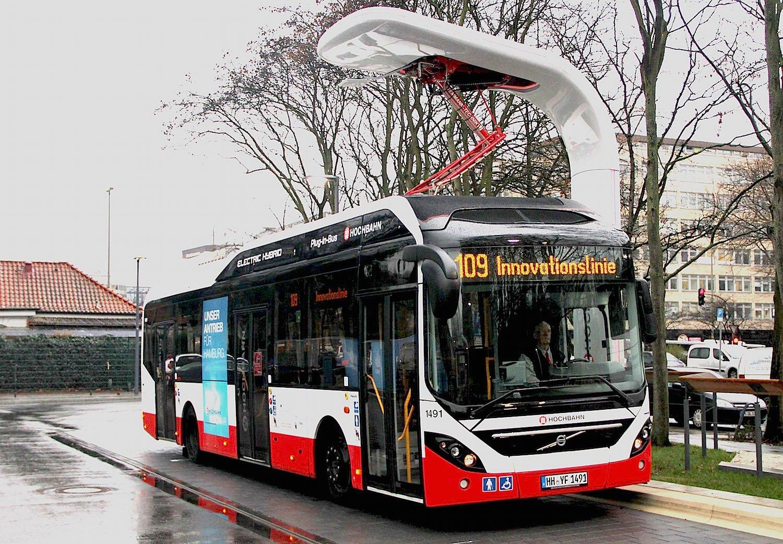 In der Hamburger Innenstadt fährt der Elektro-Hybridbus 7900 von Volvo. Die Ladestationen von Siemens haben eine Ladekapazität von bis zu 300 Kilowatt.