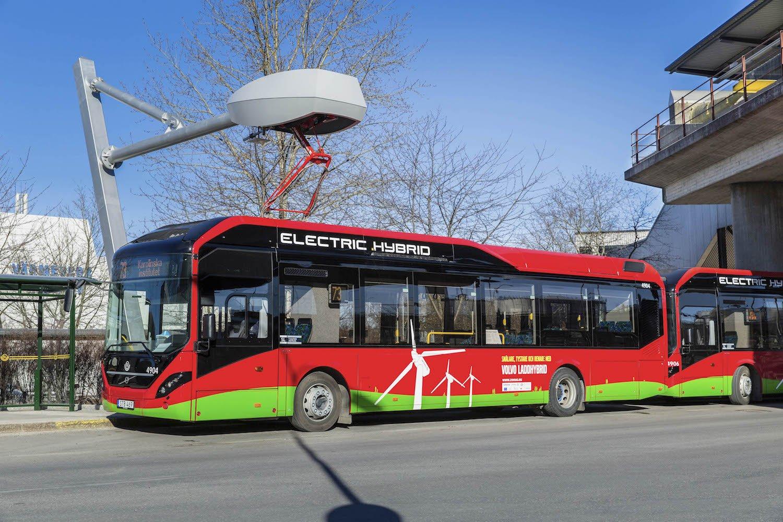An den Endhaltestellen hält der Busfahrer unter den Ladestationen von Siemens. Ein Ladearm senkt sich und lädt den Akku in sechs Minuten auf.
