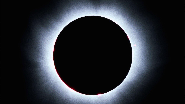 Die nächste totale Sonnenfinsternis ist in Deutschland erst 2081 zu beobachten. Dann können Menschen wieder die Korona der Sonne bestaunen.