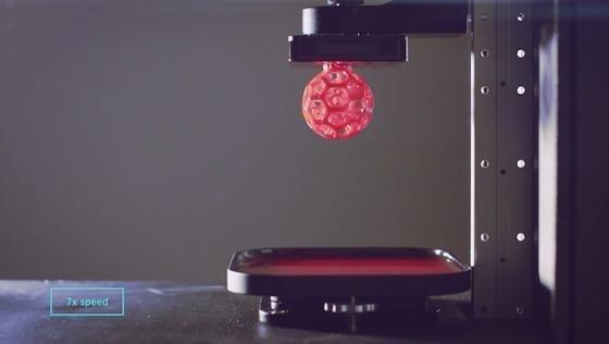 Carbon 3D-Drucker: Druckt nicht Lage für Lage, sondern zieht das Objekt als Ganzes aus einer zähen Flüssigkeit.
