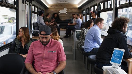 Eine Fahrt mit dem Leap-Bus kostet stolze sechs US-Dollar – eine normale Busfahrt kostet 2,25 Dollar. Dafür gibt es aber auch WLAN, komfortable Sessel und eine Bar.