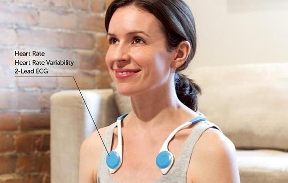 Vitaliti: Hauptbestandteil des Systems ist eine Art Kragen, der vorne und hinten mit Sensoren bestückt ist. Zusätzlich können noch ein Ohrstöpsel und ein Armband getragen werden, die ebenfalls über Sensoren verfügen.