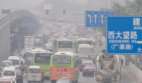 Die Abgase von Millionen Autos erzeugen in Chinas Hauptstadt Peking nicht nur unerträglichen Smog. Sie erhöhen auch die Durchschnittstemperatur um einen Grad.