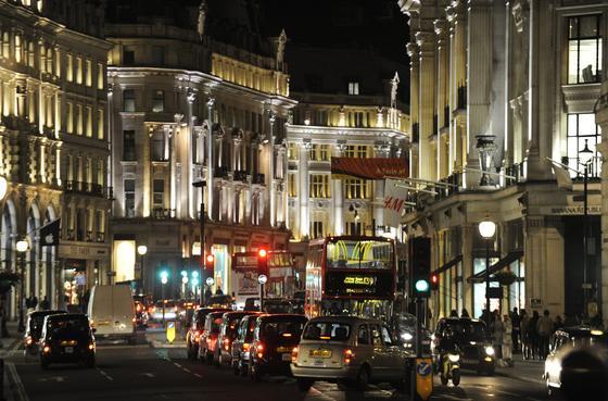 Abendverkehr in der Regent Street in London: Forscher stehen vor dem Dilemma, dass autonom fahrende Autos bei einem Unfall Entscheidungen treffen müssen, die Menschenleben kosten können.