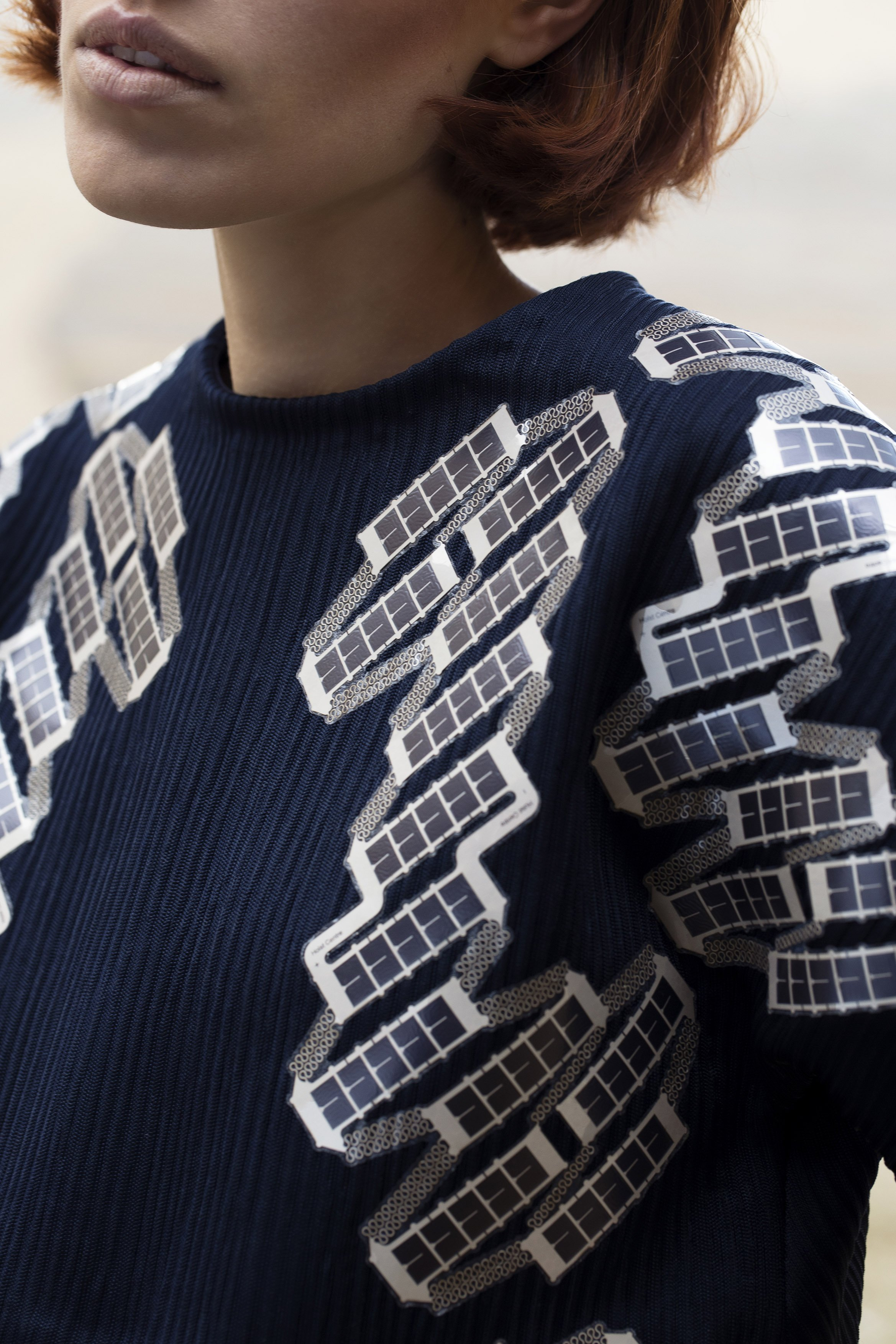120 Solarfolien sind in das Shirt eingebettet und können über einen USB-Anschluss Strom an Geräte wie Navis, MP3-Player und Smartphones abgeben.