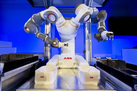 Der Roboter Yumi ist geschickt genug, um einen Faden durch ein Nadelöhr zu ziehen. Er soll in Zukunft Arbeitern in der Elektroindustrie bei der Montage assistieren.