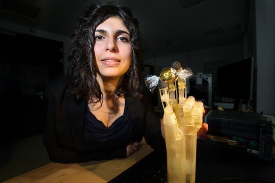 Die Ingenieurin Filomena Simone mit dem Prototypen der künstlichen Hand: Dünne Drähte mit Formgedächtnis ermöglichen filigranere Konstruktionen als bisherige dickere Drähte.