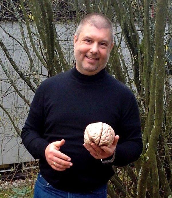 Neurowissenschaftler Christoph Krick ist erstaunt über die Geschwindigkeit, mit der eine spezielle Musiktherapie positive Veränderungen im Gehirn auslöst und so den Tinnitus beendet.