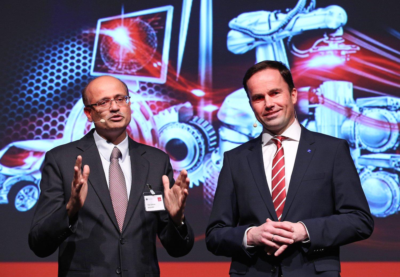 Der indische Botschafter Vijay Gokahale (links) undDr. Jochen Köckler, Mitglied des Vorstandes der Deutschen Messe AG. Indien ist Partnerland der Messe und mit rund 300 Unternehmen vertreten.