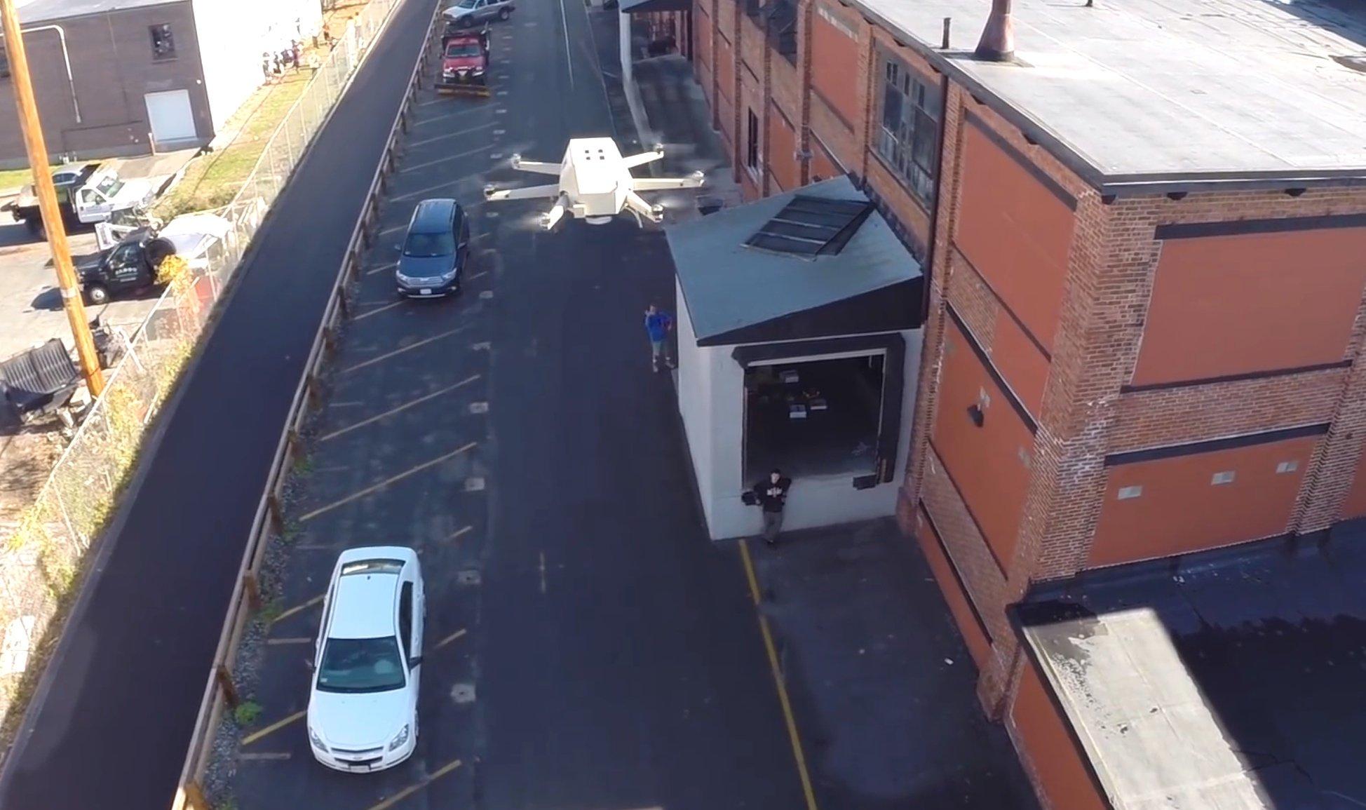 Die Hybrid-Drohne kann bis zu neun Kilogramm transportieren und dank des Benzin-Motors, der den Strom für die sechs Rotoren erzeugt, rund zweieinhalb Stunden fliegen.