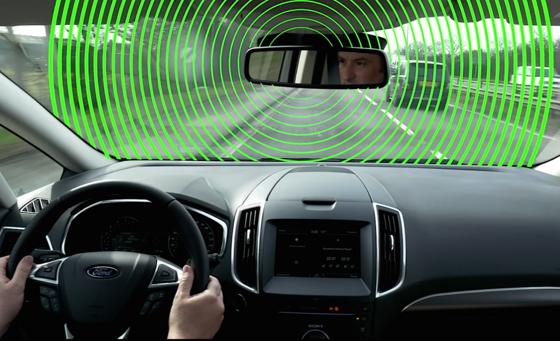 Mithilfe einer Frontkamera erkennt der Boardcomputer Temposchilder und drosselt die Maximalgeschwindigkeit. Er erkennt sogar Fußgänger auf Kollisionskurs.