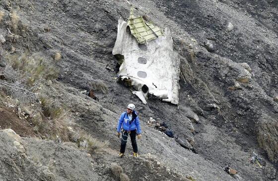 Trümmerteil des Germanwings-Airbus in den Alpen: Inzwischen steht fest, dass der Co-Pilot den Absturz bewusst herbeigeführt hat.