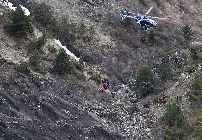 Hubschrauber an der Absturzstelle des Airbus A320 in den französischen Alpen: Der Co-Pilot hat das Flugzeug bewusst auf Sinkflug gebracht und gegen einen Berg gesteuert.
