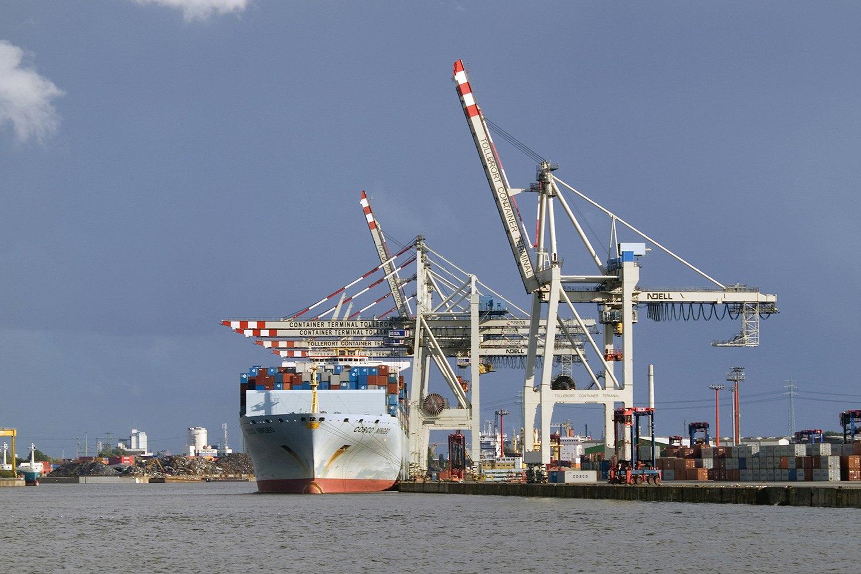Containerschiff im Hamburger Hafen: Die regelmäßige Wartung kostet Zeit und Geld. Wird das Getriebe drahtlos überwacht, sinkt der Instandhaltungsaufwand.