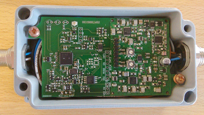 Das Messsystem: Ein robustes Metallgehäuse schützt die Elektronik vor Schmutz und Salzwasser. Der Mikrocontroller im Inneren berechnet die Kennwerte für die Zustandsdiagnose.