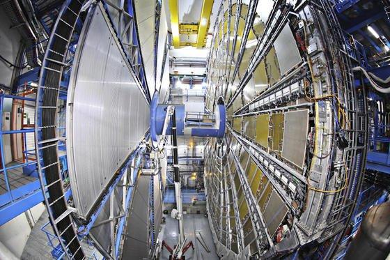 Detektor Atlas in geöffnetem Zustand: Das Rohr, das die beiden Teile verbindet, ist mehr als mannshoch. Es verbirgt den Experimentierraum, in dem die Protonenstrahle aufeinandertreffen.