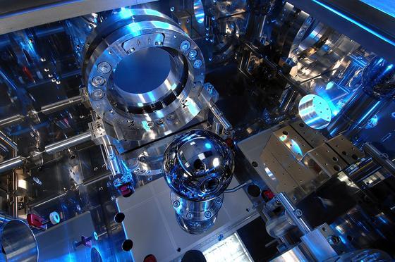 Scharfsichtiges Interferometer: Der Durchmesser der in der Mitte liegenden Siliziumkugel wird äußerst exakt gemessen - ein Zwischenschritt auf dem Weg zu einer neuen Kilogramm-Definition.