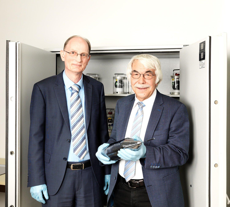 Dr. Horst Bettin (li.) und Prof. Manfred Peters (re.) verwahren den Silizium-Einkristall in einem Tresor in der PTB. In Kürze werden aus diesem Kristall zwei nahezu perfekte Kristallkugeln gefertigt, die dann nach allen Regeln der Kunst vermessen werden.