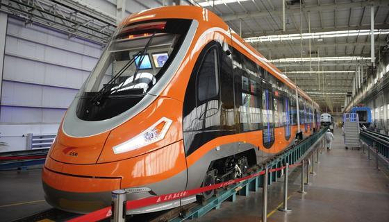 Die Straßenbahn des chinesischen Herstellers Qingdao Sifang fährt mit einem Wasserstoffantrieb. Als einziges Abgas produziert sie harmlosen Wasserdampf.
